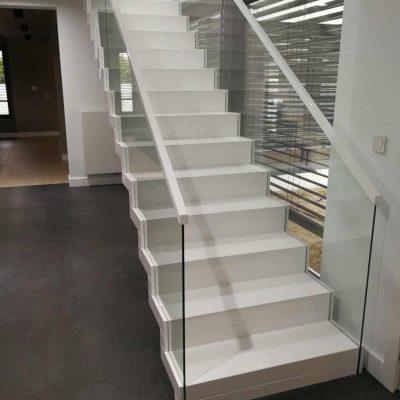 schody dywanowe biały połysk