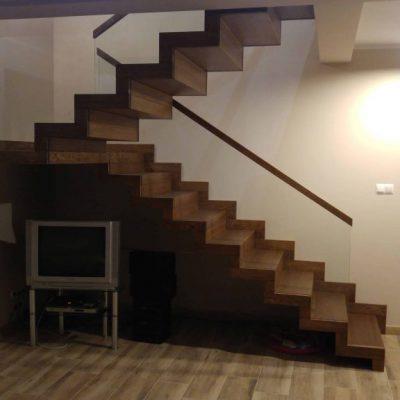 schody dywanowe z podestem