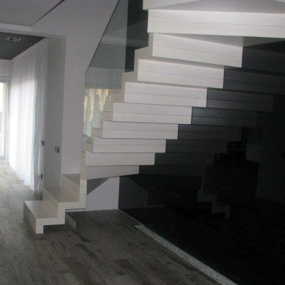 schody dywanowe białe